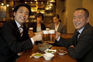 ビールで乾杯するビジネスマン2人の写真素材 [FYI01309270]
