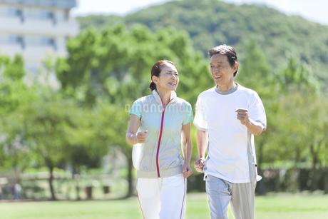 ジョギングをするシニア夫婦の写真素材 [FYI01309271]