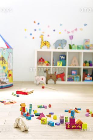 保育園の床に置かれたおもちゃの写真素材 [FYI01309275]
