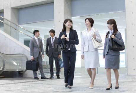 歩くビジネスウーマン3人の写真素材 [FYI01309312]