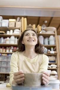 陶芸をする女性の写真素材 [FYI01309316]