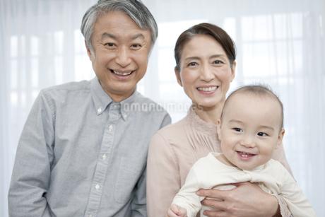 笑顔の祖父母と赤ちゃんの写真素材 [FYI01309352]