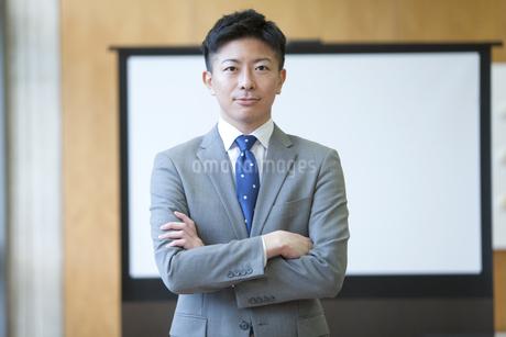 腕組みするビジネスマンの写真素材 [FYI01309371]