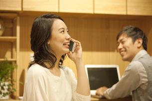 スマートフォンで通話する女性の写真素材 [FYI01309382]