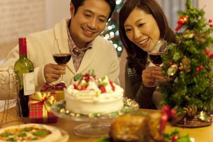 クリスマスパーティーを楽しむカップルの写真素材 [FYI01309384]