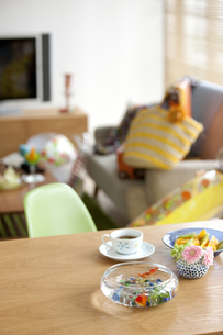 テーブルの上の金魚鉢の写真素材 [FYI01309419]