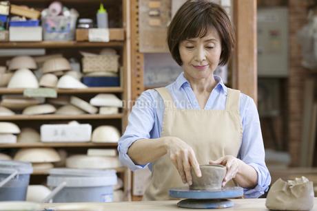 陶芸をするシニア女性の写真素材 [FYI01309426]
