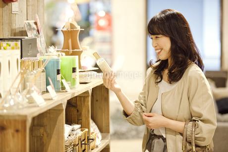 買い物をする中高年女性の写真素材 [FYI01309433]