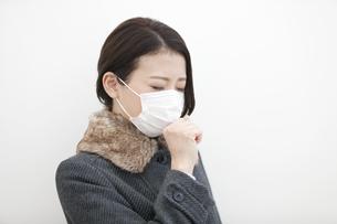 咳をする女性の写真素材 [FYI01309449]