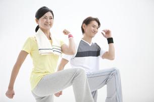 エクササイズをする中高年夫婦の写真素材 [FYI01309456]