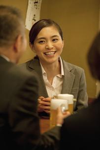 居酒屋で話をするビジネスウーマンの写真素材 [FYI01309480]