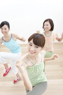 エクササイズをする女性3人の写真素材 [FYI01309481]