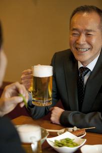 居酒屋で食事をするビジネスマン2人の写真素材 [FYI01309483]