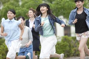 走っている女子校生と先生の写真素材 [FYI01309504]