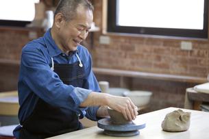 陶芸をするシニア男性の写真素材 [FYI01309515]