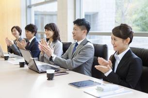 拍手するビジネスグループ5人の写真素材 [FYI01309526]