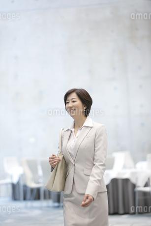 笑顔のビジネスウーマンの写真素材 [FYI01309536]
