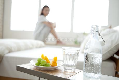 サイドテーブルの上の炭酸水と果物の写真素材 [FYI01309539]