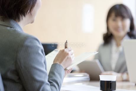 会議をするビジネスウーマン2人の写真素材 [FYI01309546]
