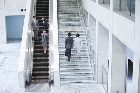 出社するビジネスグループ5人の写真素材 [FYI01309556]