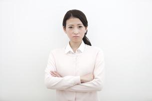 腕組みをして怒っている女性の写真素材 [FYI01309573]