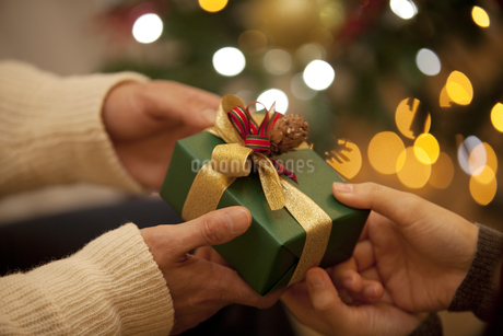 クリスマスプレゼント渡すカップルの手元の写真素材 [FYI01309578]