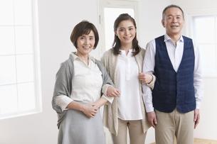 笑顔の家族3人の写真素材 [FYI01309584]