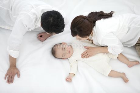 赤ちゃんを見守る両親の写真素材 [FYI01309592]