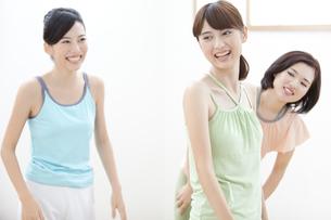 エクササイズをする女性3人の写真素材 [FYI01309623]