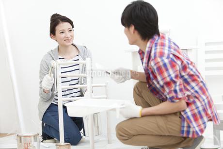 ペンキ塗りをする夫婦の写真素材 [FYI01309631]