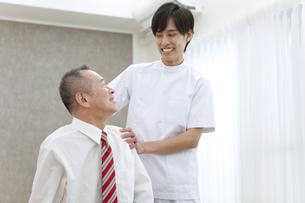 笑顔のマッサージ師とシニア男性の写真素材 [FYI01309669]