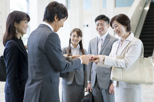 名刺交換をするビジネスグループ5人の写真素材 [FYI01309680]