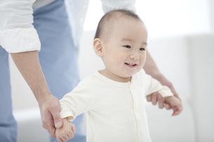 遊んでいる赤ちゃんの写真素材 [FYI01309683]