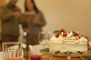 クリスマスケーキとシニア夫婦の写真素材 [FYI01309701]