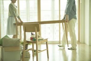 引っ越し準備をするカップルの写真素材 [FYI01309705]
