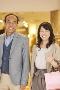 買い物をする中高年夫婦の写真素材 [FYI01309751]
