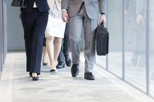 廊下を歩くビジネスグループの足下の写真素材 [FYI01309758]