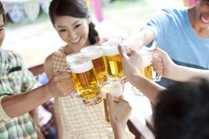 ビールで乾杯する若者6人の写真素材 [FYI01309769]