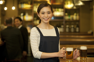 ビールを運ぶ店員の写真素材 [FYI01309786]