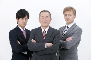 腕組みをするビジネスマン3人の写真素材 [FYI01309793]