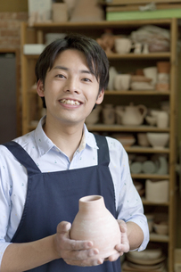 陶芸をする男性の写真素材 [FYI01309794]