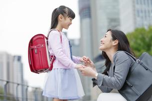 笑顔で話す女の子と母親の写真素材 [FYI01309810]