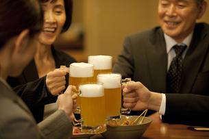 ビールで乾杯するビジネスマン4人の写真素材 [FYI01309824]