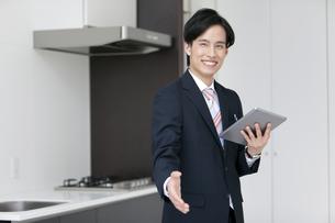 手を差し出すビジネスマンの写真素材 [FYI01309838]