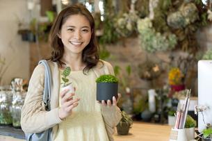 観葉植物を持つ女性の写真素材 [FYI01309855]