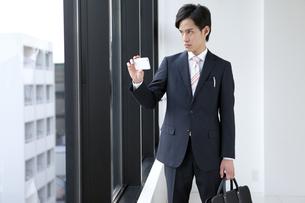 スマートフォンで写真を撮るビジネスマンの写真素材 [FYI01309864]