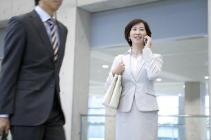 スマートフォンで通話するビジネスウーマンの写真素材 [FYI01309881]