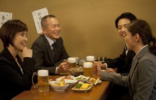 居酒屋で話をするビジネスマン4人の写真素材 [FYI01309883]