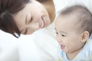 笑顔の赤ちゃんと母親の写真素材 [FYI01309887]