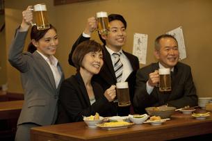 ビールで乾杯するビジネスマン4人の写真素材 [FYI01309901]